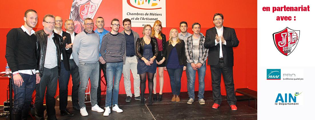 Photo de groupe des lauréats et partenaires de la soirée de promotion de l'apprentissage